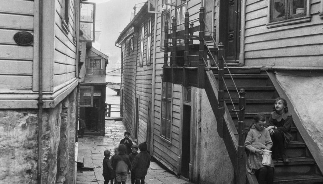 Barneasylene skulle få barna bort fra gata. Her fra smugene i Bergen rundt 1910.