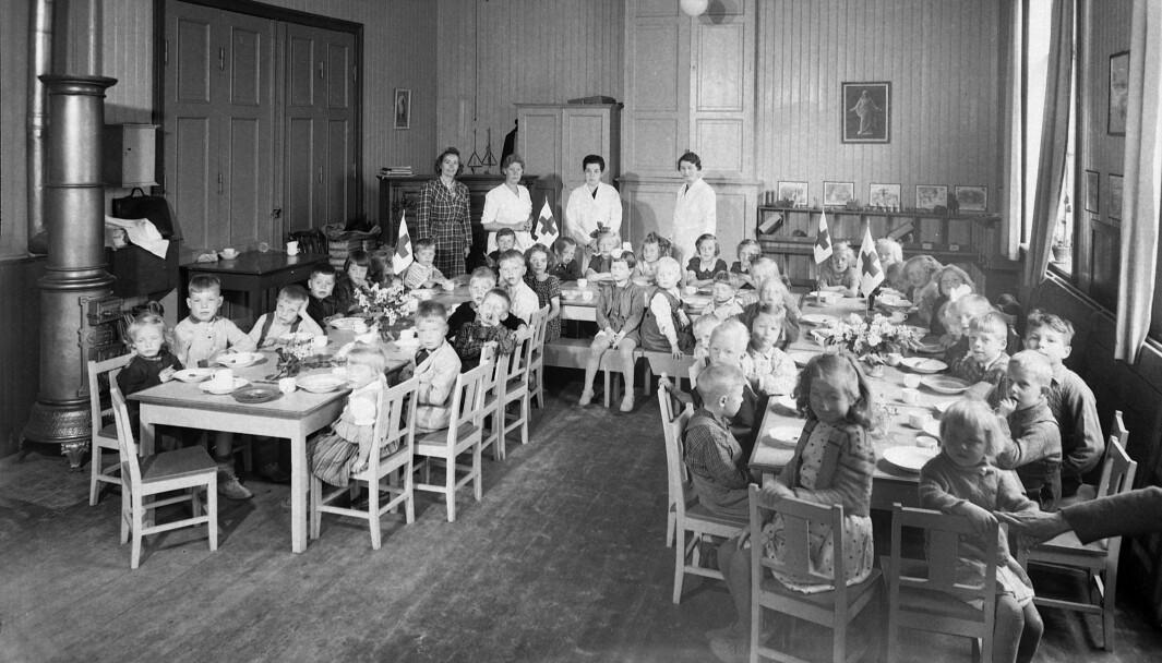 På barneasylene i Trondheim var det ikke uvanlig med tre voksne på 100 barn. Her er barn og ansatte i Lademoen barneasyl i Trondheim i 1943.