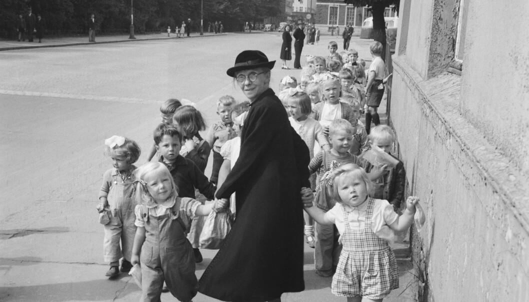 Mamma Haage var leder for Bergens Barneasyl fra 1910. Her er hun på bytur og tiggerferd med barna. Hun skaffet tilskudd til mat og leker på disse turene.