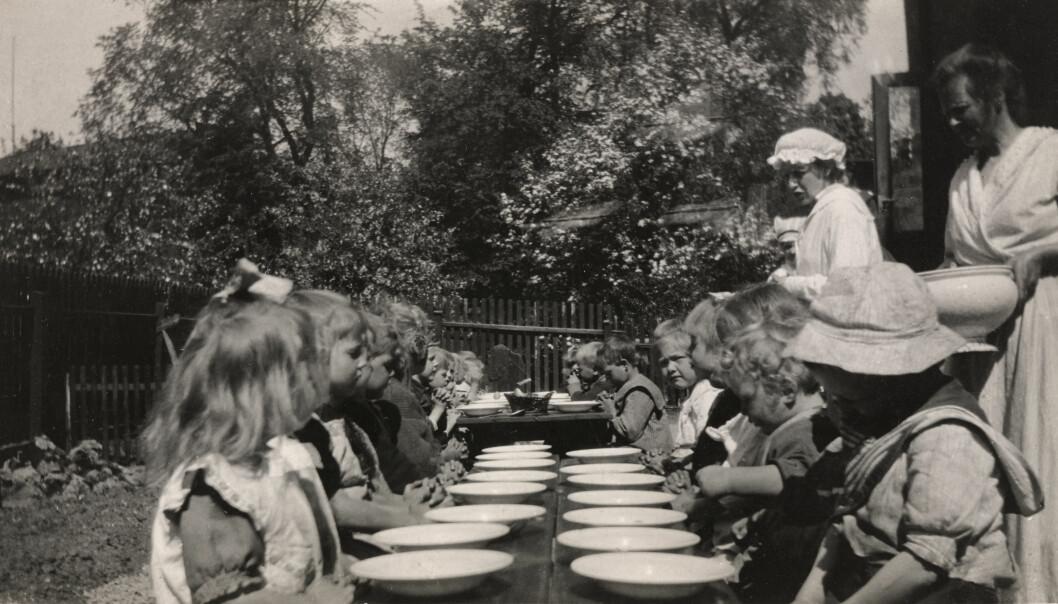 Asylene var ment for fattige barn, eller barn fra familier som ikke klarte å ta vare på barna selv. Her får barna middag på Rodeløkken barneasyl i Oslo rundt 1920.