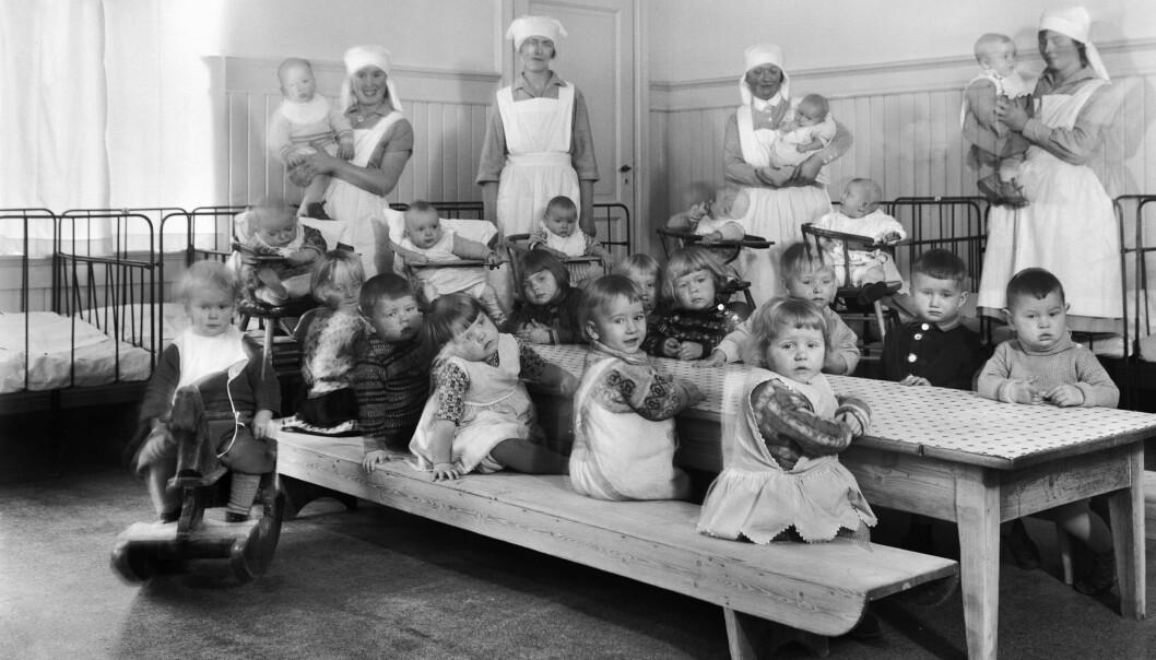 Etter hvert ble det opprettet egne barnekrybber for de minste. Her er barn og ansatte i Tøyenkirkens barnekrybbe i 1930.