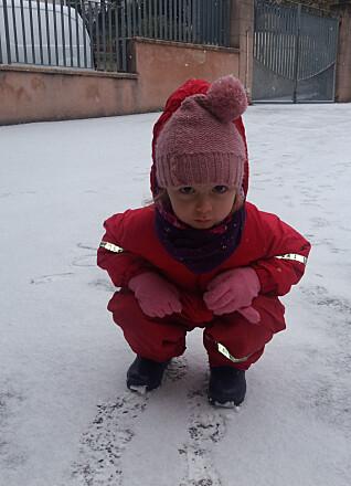 Elena (3) i norsk barnehagedress får fullt utbytte av snødagen.