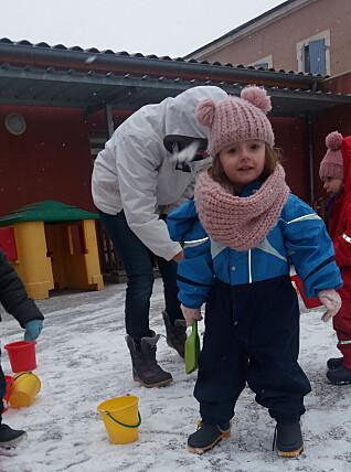 I lånt norsk parkdress, får Lena frihet til å leke med snøen som hun vil.