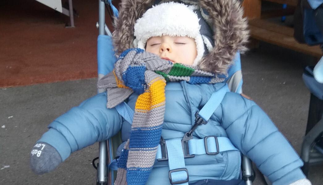 Utesoving er ikke vanlig i Frankrike, men med Torhilds parkdresser skjer det noen ganger. William (1,5) sover godt ute i frisk luft..
