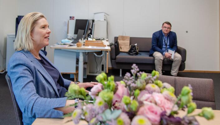 Sylvi Listhaug er opptatt av at alle barn lærer seg norsk. Her med pressesjef i Frp, Espen Teigen.
