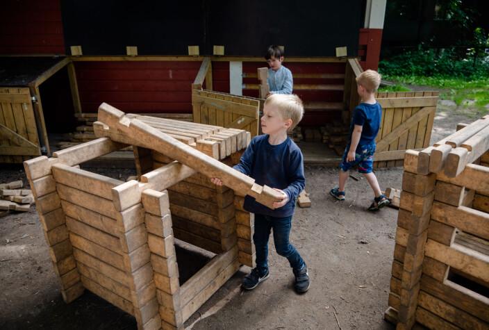 Erna Solberg og Guri Melby tror flere barn trenger en mer praktisk tilnærming. Her lafter barna i Akersveien Kanvas-barnehage.