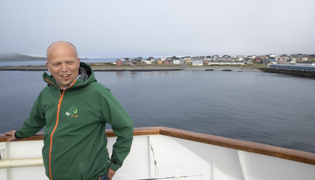 Sp-leder Trygve Slagsvold Vedum reiser med Hurtigruta i Nord-Norge. På sin tur i land på Nesna lovte han å gjenreise studietilbudet der. Bildet er fra utenfor Vardø.