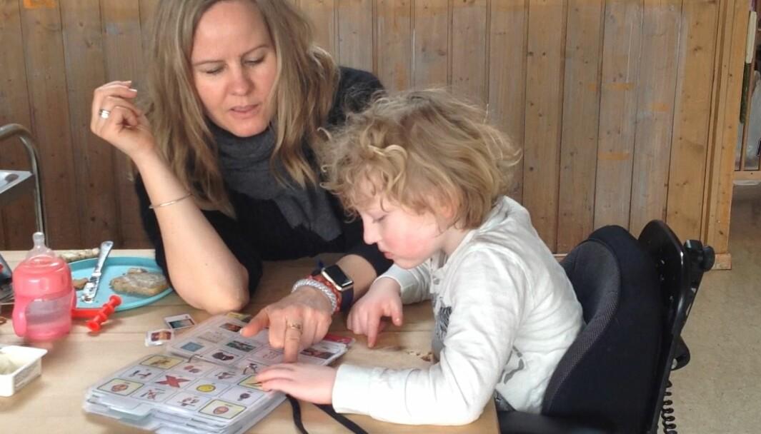 ASK må anerkjennes som et språk for at barn som ikke har talespråk skal få mulighet til å være med å leken, medvirke og få en bedre livskvalitet i barnehagen, mener spesialpedagog Line Arnestad Slotnes, som her pekeprater med et barn under lunsjen.
