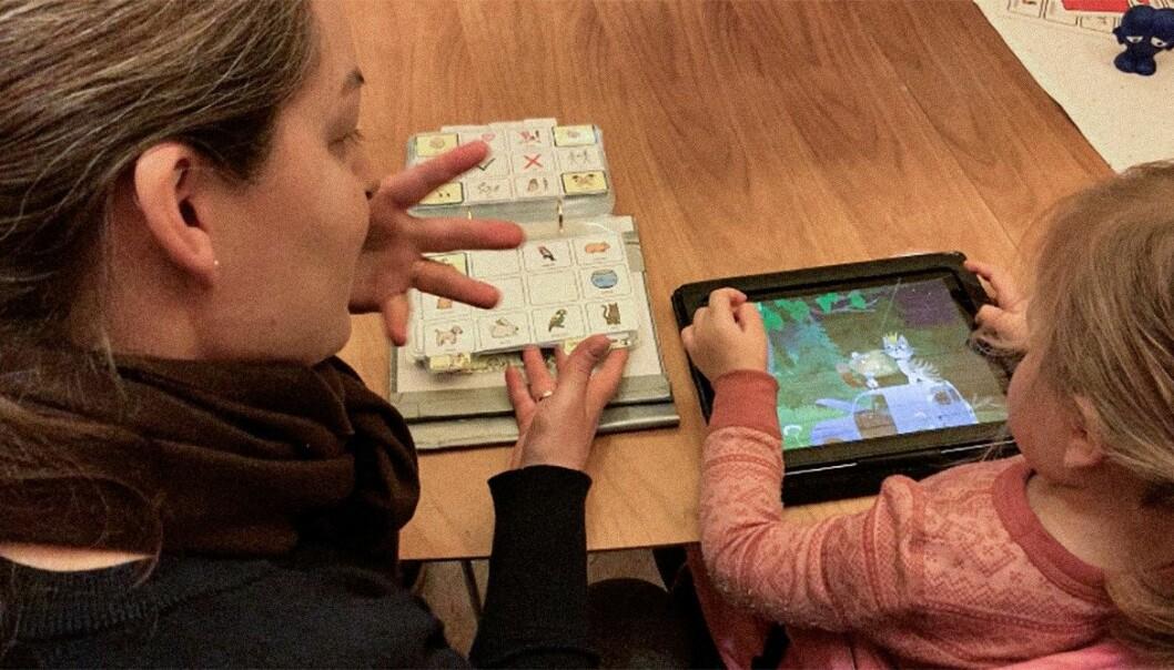 Å gi barn som trenger ASK-språklig stimulering må være en del av barnehagens grunnkunnskap, mener spesialpedagog Line Arnestad Slotnes. Her synger de lille kattepus med bilder og tegn, mens de bruke en app med barnesanger.