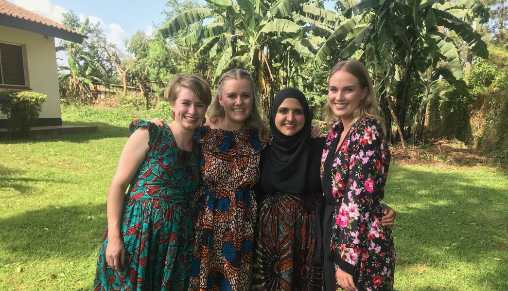 Barnehagelærerstudentene Usma Ahmed, (f.h.), Caroline Saxegaard Ekeli og Anneken Skaara fra Oslo Met har med seg ny erfaring hjem fra sin barnehagepraksis i Uganda. Her har de på seg klær sydd på et ugandisk marked.