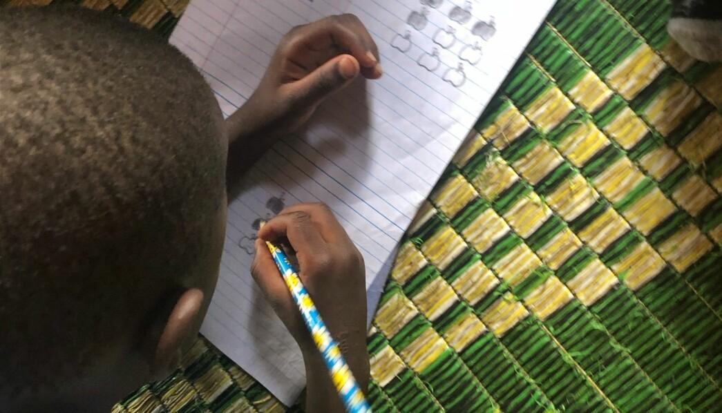 Barna i de ugandiske barnehagene må gjøre daglig regneoppgaver. Det er viktig for foreldrene