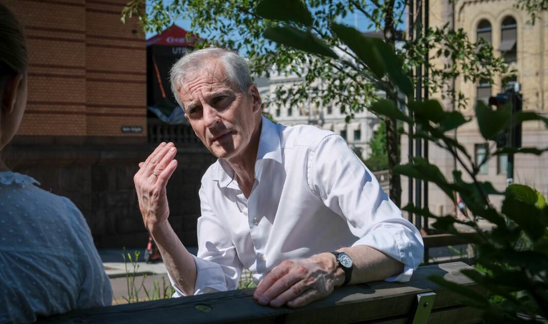 Ap-leder Jonas Gahr Støre advarer mot å gi folk inntrykk av at de kan senke skuldrene i pandemien.
