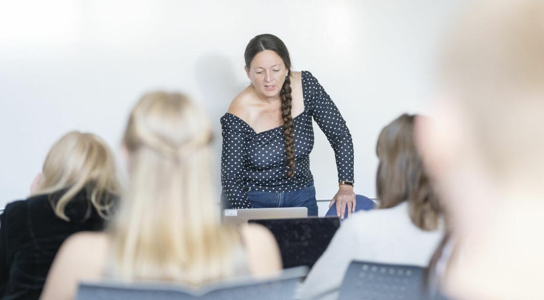 Lærer Anita Grøtte Edland har fått ansvar for dobbelt så mange elever som kontaktlærer etter at fylkeskommunen måtte spare penger.