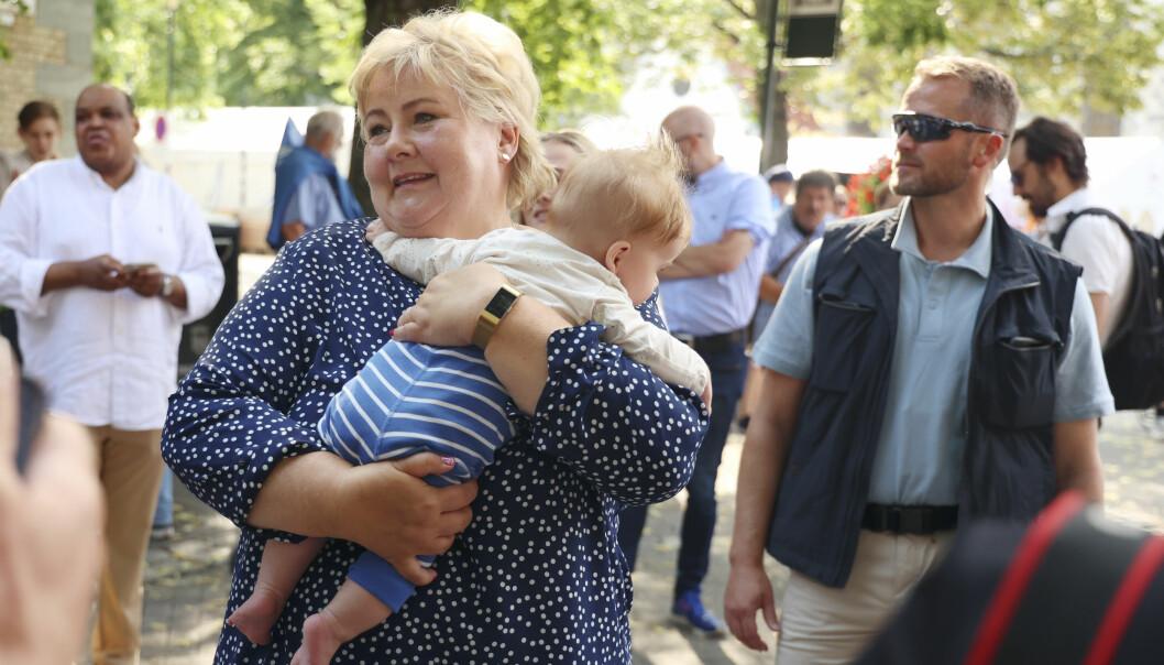 Høyre går til valg på at barn nummer tre i barnehagen skal være helt gratis, sier partileder Erna Solberg til VG. Her under Trøndelag Høyres valgkampåpning i Trondheim med Arvid Remmem Tiller i armene.