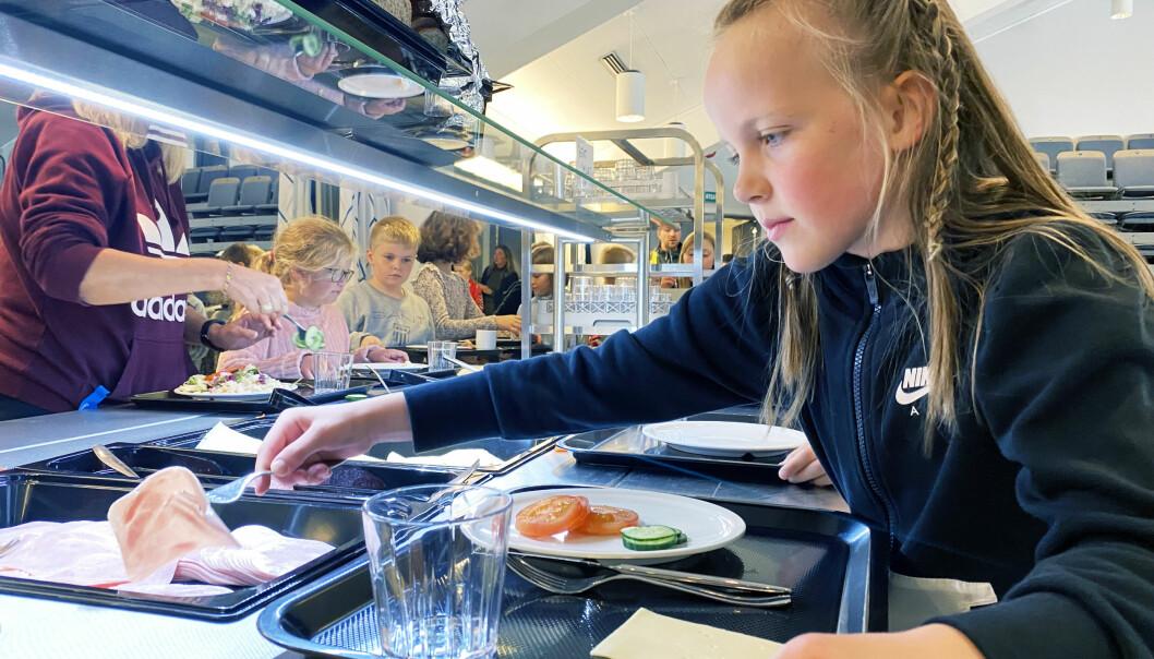 – Kjekt å smaka annan type mat, seier Maria, som går i klasse 3 c. Ho legg til at det var kjedelegare i fjor med matpakke.