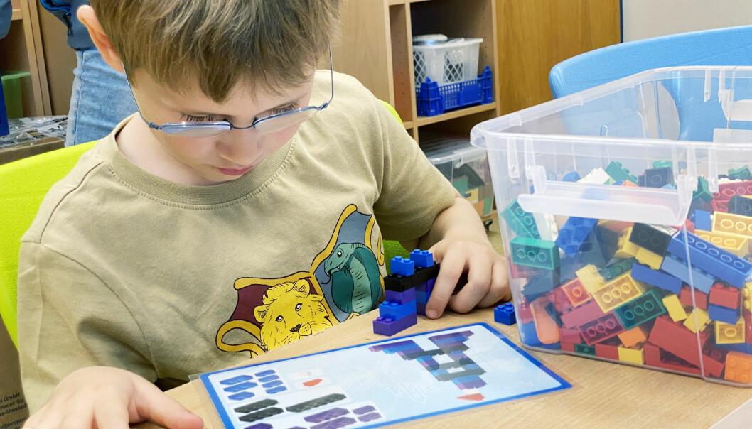 Til tekno-labben er det kjøpt inn lego-byggjesett av ulik vanskegrad. Her er Herman i klasse 2 a i djup konsentrasjon.