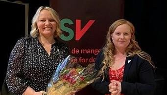 Mona Fagerås (t.v.) fikk utjevningsmandatet i Nordland og ble gratulert av leder i Nordland SV, Åshild Pettersen.