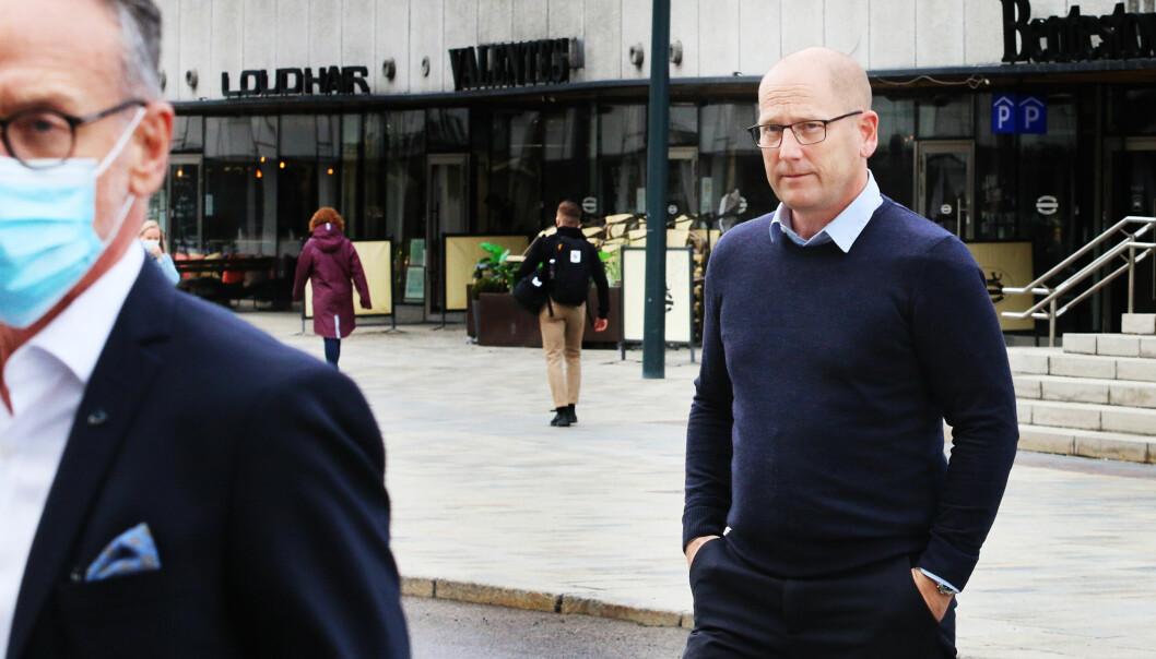 Steffen Handal. forhandlingsleder for Unio, titter bort mot forhandlingsleder i KS, Tor Arne Gangsø under forhandlingene i mellomoppgjøret i vår. Nå møtes partene hos Rikslønnsnemnda.