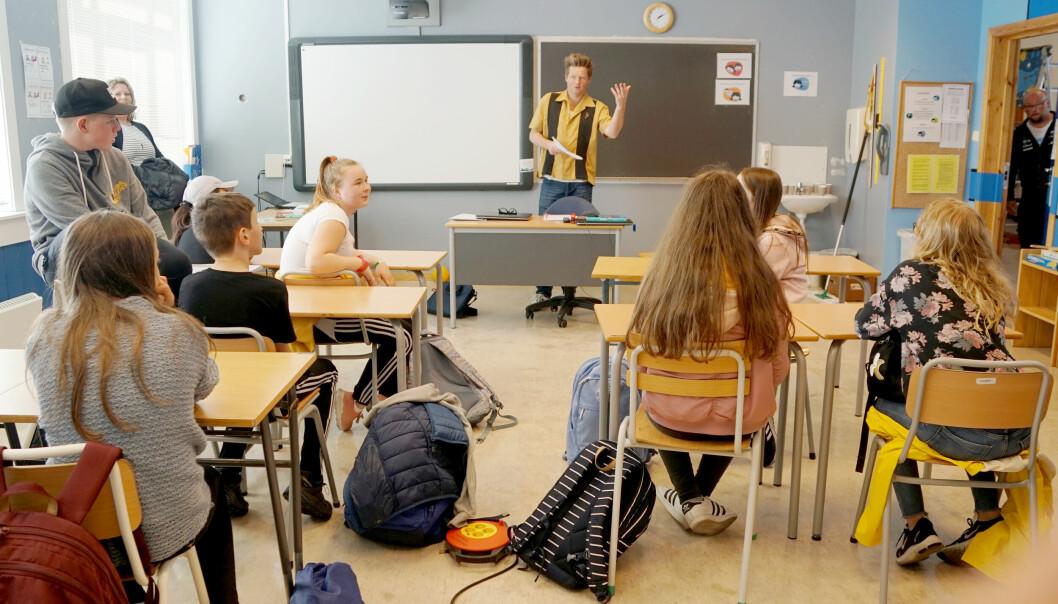 Her underviser Simon Malkenes en ungdomsskoleklasse på Hauge oppvekst i Bremanger.