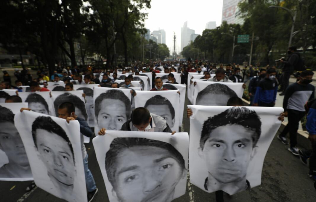 Studenter i Mexico hadde en markering seks år etter at de 43 lærerstudentene forsvant. Her viser de bildene av de 43 savnede.