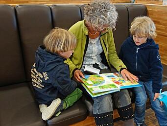 Kvaliteten på historien og voksenrollen betyr mer for barns læring enn bokas format