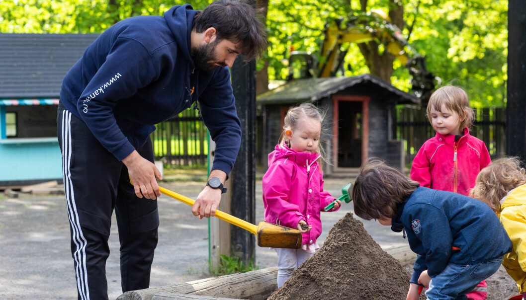 Barnehagelærer Sebastian Rojas mener det er viktig å fortelle hva de barnehageansatte gjør. – Vi må få frem at vi ikke bare «passer barn», men er i aktivitet sammen med barna hele dagen, både ute og inne, sier han.