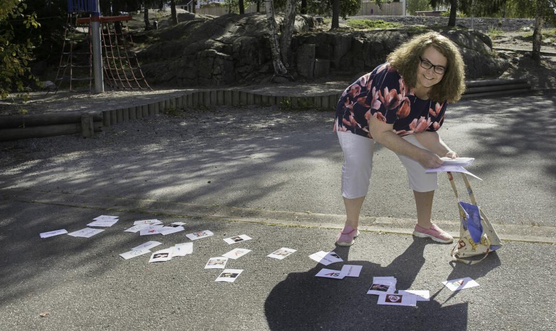 Det gjøres klar til valgstafett. Gro har laget 252 kort, og partiledere, partier og logoer spres utover asfalten i skolegården.