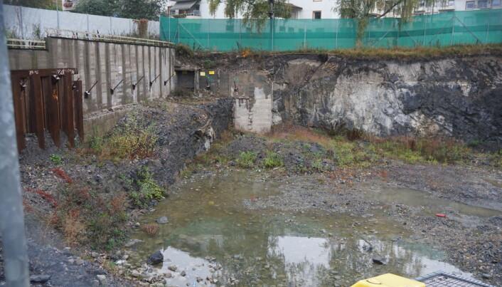 Slik ser det ut der byggingen av nye skoleverksteder skulle vært i gang.