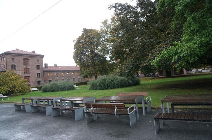 Myntgata har fine uteområder i innergården. Men elevene er ennå ikke på plass.