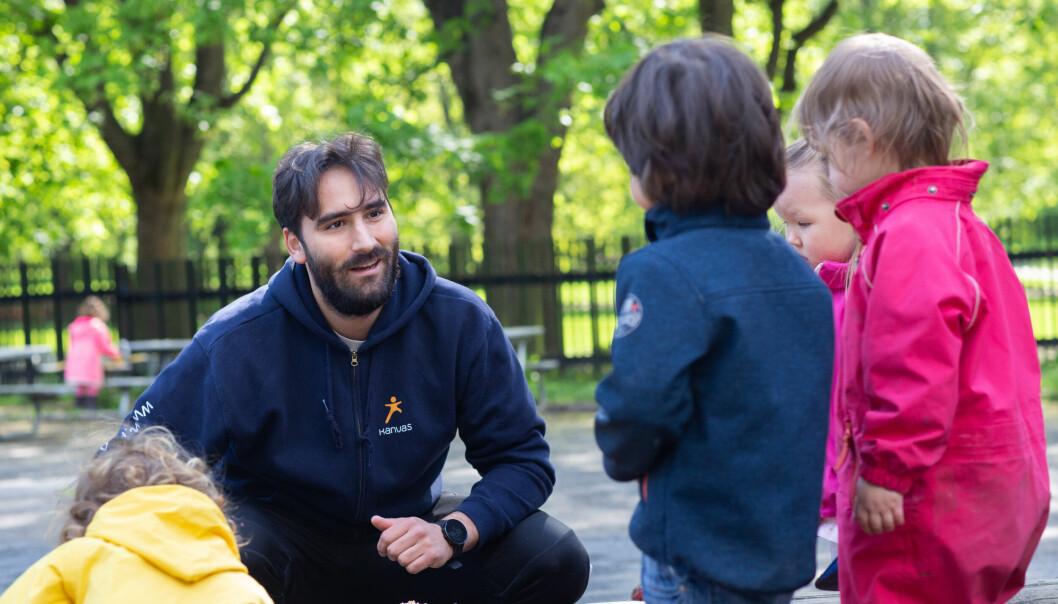 Sebastian Rojas søkte seg til Tørtberg Kanvas-barnehage fordi han kjente en mannlig ansatt som jobbet der. – Vi må få frem at vi ikke bare «passer barn», men er i aktivitet sammen med barna hele dagen både ute og inne, sier han.