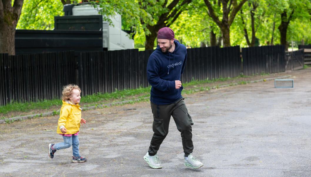 Barnehagelærer Kristian Olsen jobber med like mange kvinner som menn i Tørtberg Kanvas-barnehage. Private barnehager vinner kampen om mennene.