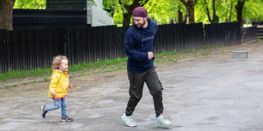 Menn lokkes til barnehagen av friluftsliv og idrett