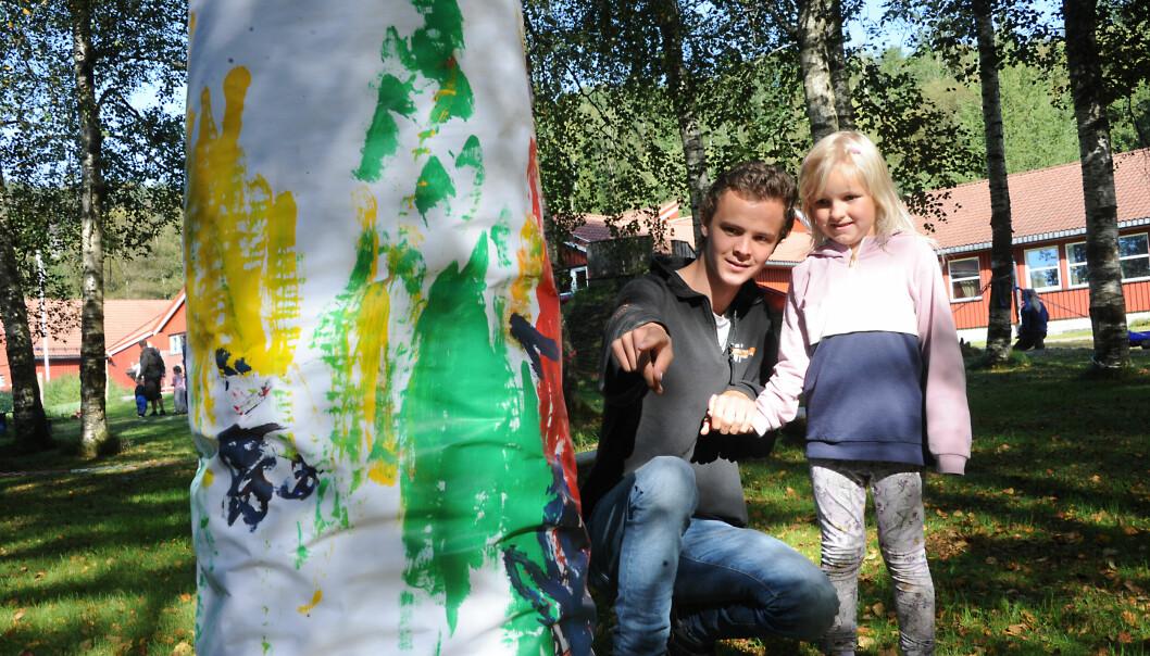 Det meste kan gjøres utendørs, også maling. Her beundrer Sofie Homme Øverby (5) og lærling Krister Egeland et kunstverk barnehagebarna har laget.