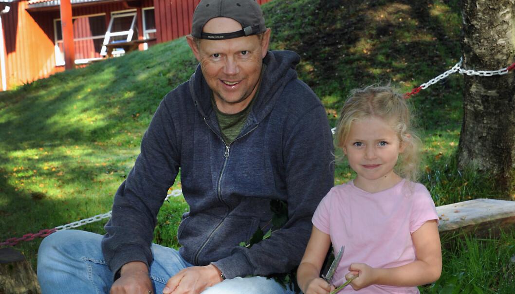 Pedagogisk leder Dag Fredriksen og Frida Sanden Sivertsen (5) har en god samtale mens de sitter og spikker. Frida har tidligere lært hvordan hun skal håndtere kniven.