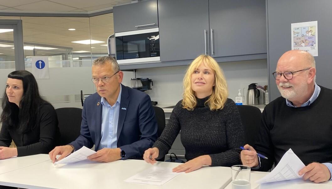Partene undertegner PBL-lønnsoppgjøret 2021. F.v Fagforbundets Karianne Hansen Heien, Deltas Trond Ellefsen, Anne Lindboe i PBL og Utdanningsforbundets Terje Skyvulstad.
