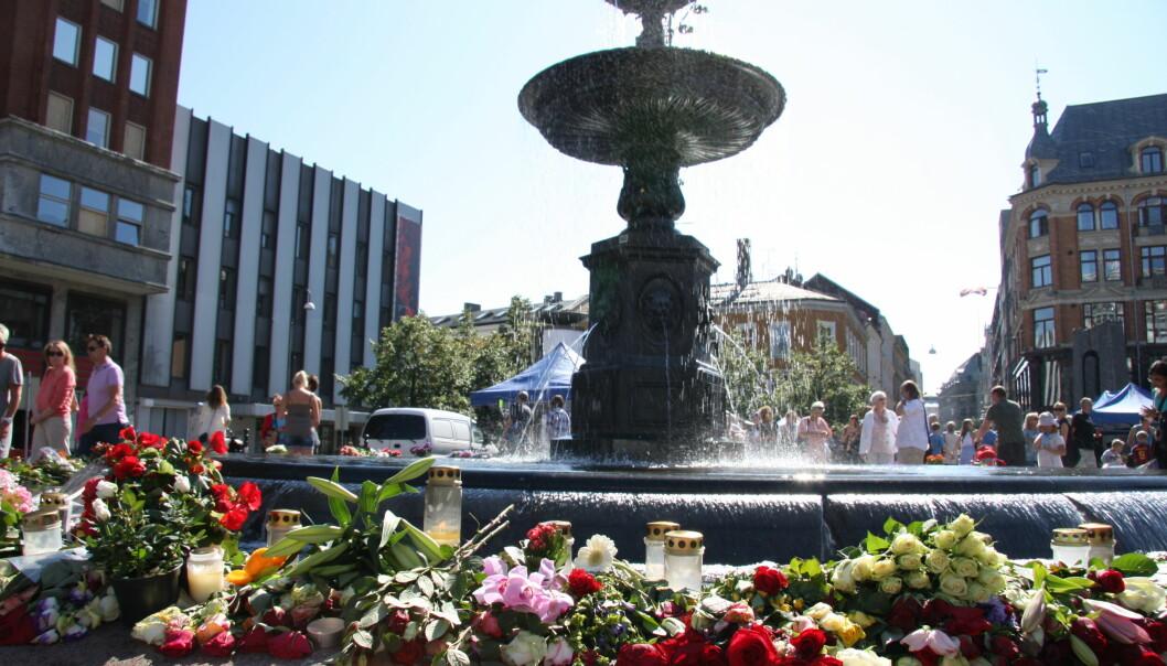Blomster rundt fontenen på Youngstorget i Oslo til minne om ofrene for terrorangrepene mot Regjeringskvartalet og Utøya 22. juli 2011.