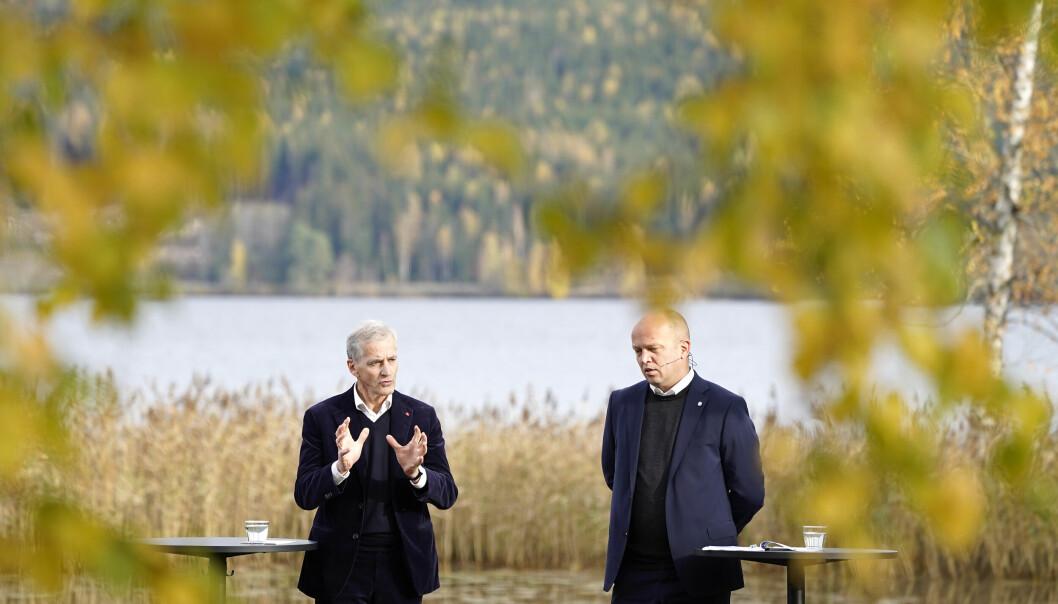 Leder i Ap Jonas Gahr Støre (t.v.) og leder i Sp Trygve Slagsvold Vedum la frem den nye regjeringsplattformen ved Hurdalsjen hotell.