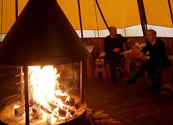 Etter flere timer ute i kulda fikk Vedum og Støre varme seg i lavvoen.