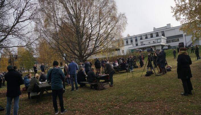 Over 50 journalister og fotografer vandret rundt etter Støre og Vedum.