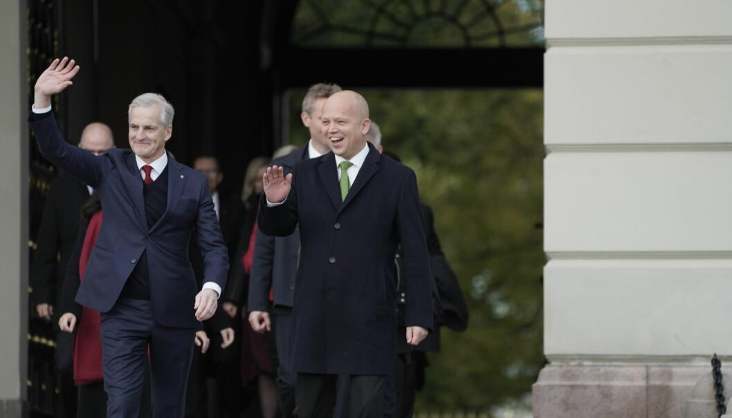 Statsminister Jonas Gahr Støre (Ap) og finansminister Trygve Slagsvold Vedum (Sp), kommer ut på Slottsplassen i spissen for den nye regjeringen etter statsråd på slottet.