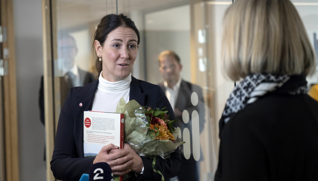 Avtroppende kunnskapminister Guri Melby (t.h.) leverer nøklene til påtroppende statsråd Tonje Brenna.